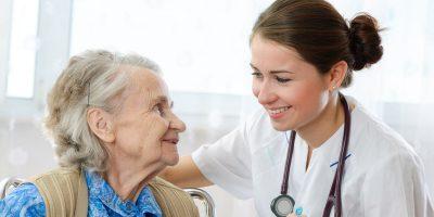 Калифорния: Работа по уходу за пожилой женщиной